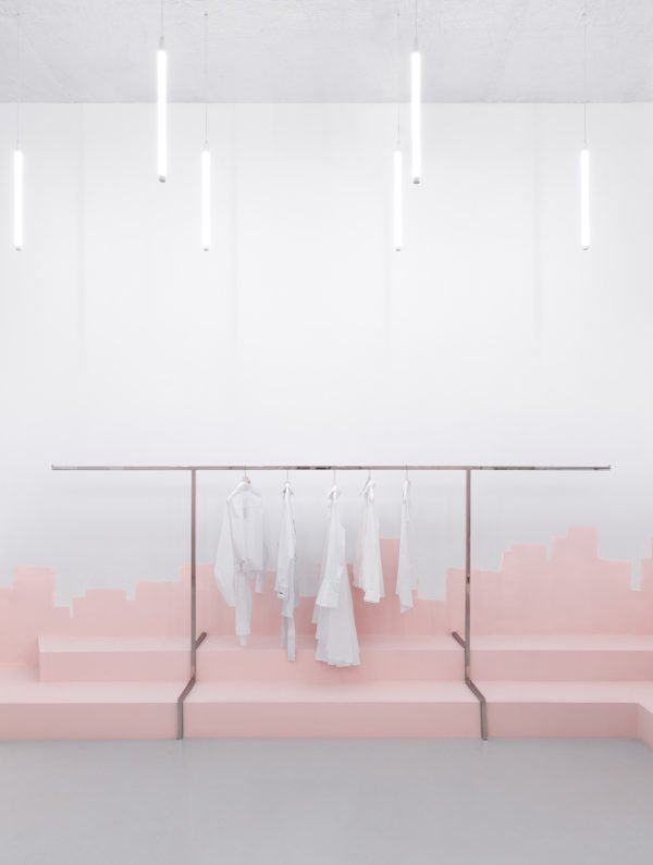 A Kiev, l'agence d'architecture AKZ Architectura a conçu une nouvelle boutique au design minimaliste et présentant des podiums roses.