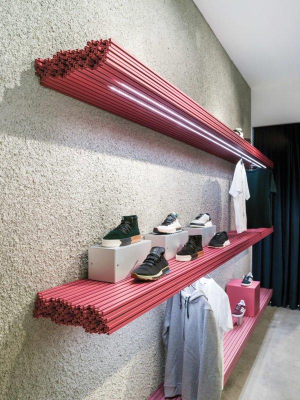 La nouvelle boutique de l'enseigne espagnole Sivasdescalzo, spécialisée dans l'édition et la réédition de baskets de légende à Madrid, design Antoni Pallejà Office (A.P.O).