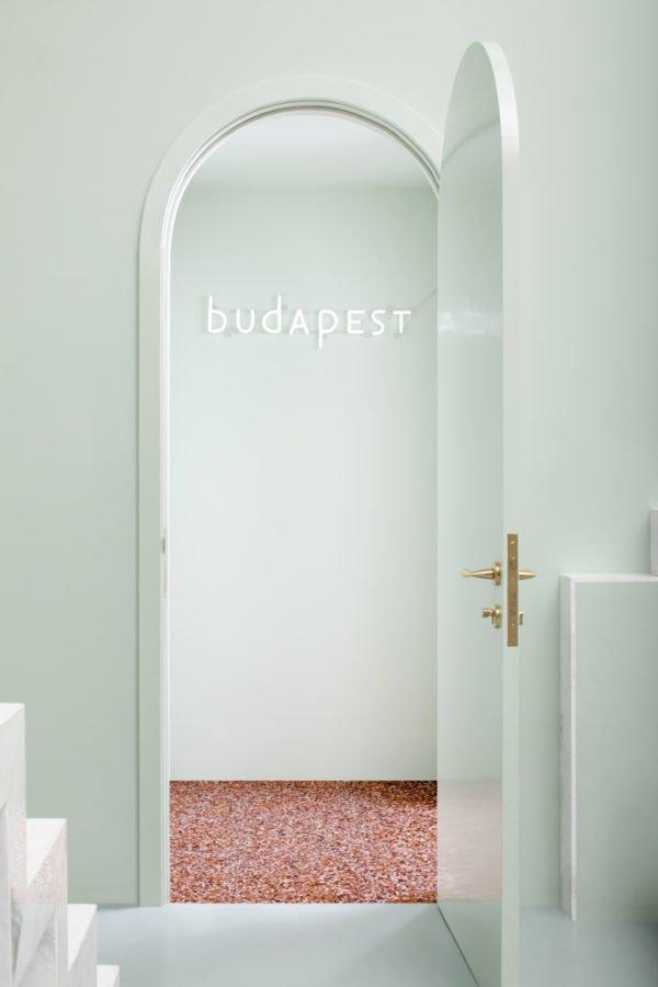Le design intérieur aux tonalités vertes du Budapest Café à Chengdu, en Chine, par le studio Biasol s'inspire du style du réalisateur Wes Anderson.