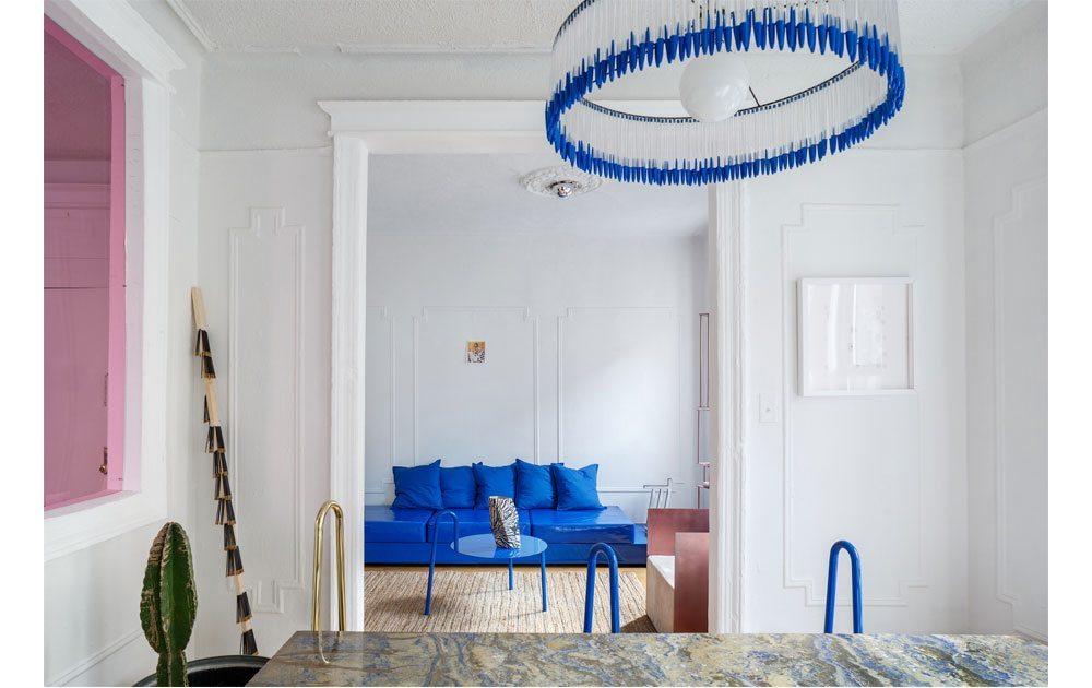 L'appartement d'Harry Nuriev, à Brooklyn, est un mélange entre un univers qui nous est familier, et le mobilier et couleurs phares du créateur.