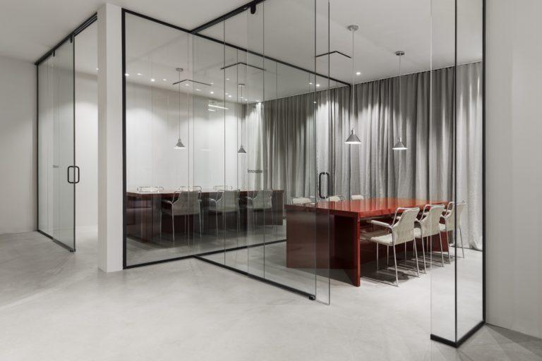 A Stockholm, la marque de vêtements Tiger of Sweden a confié la réfection de son showroom et de ses bureaux à Joyn studio.
