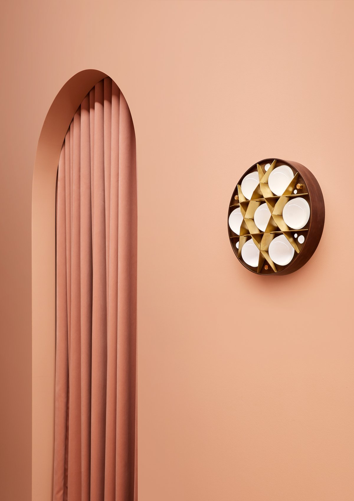 Christopher Elliott crée l'extraordinaire showroom d'EST Lighting.