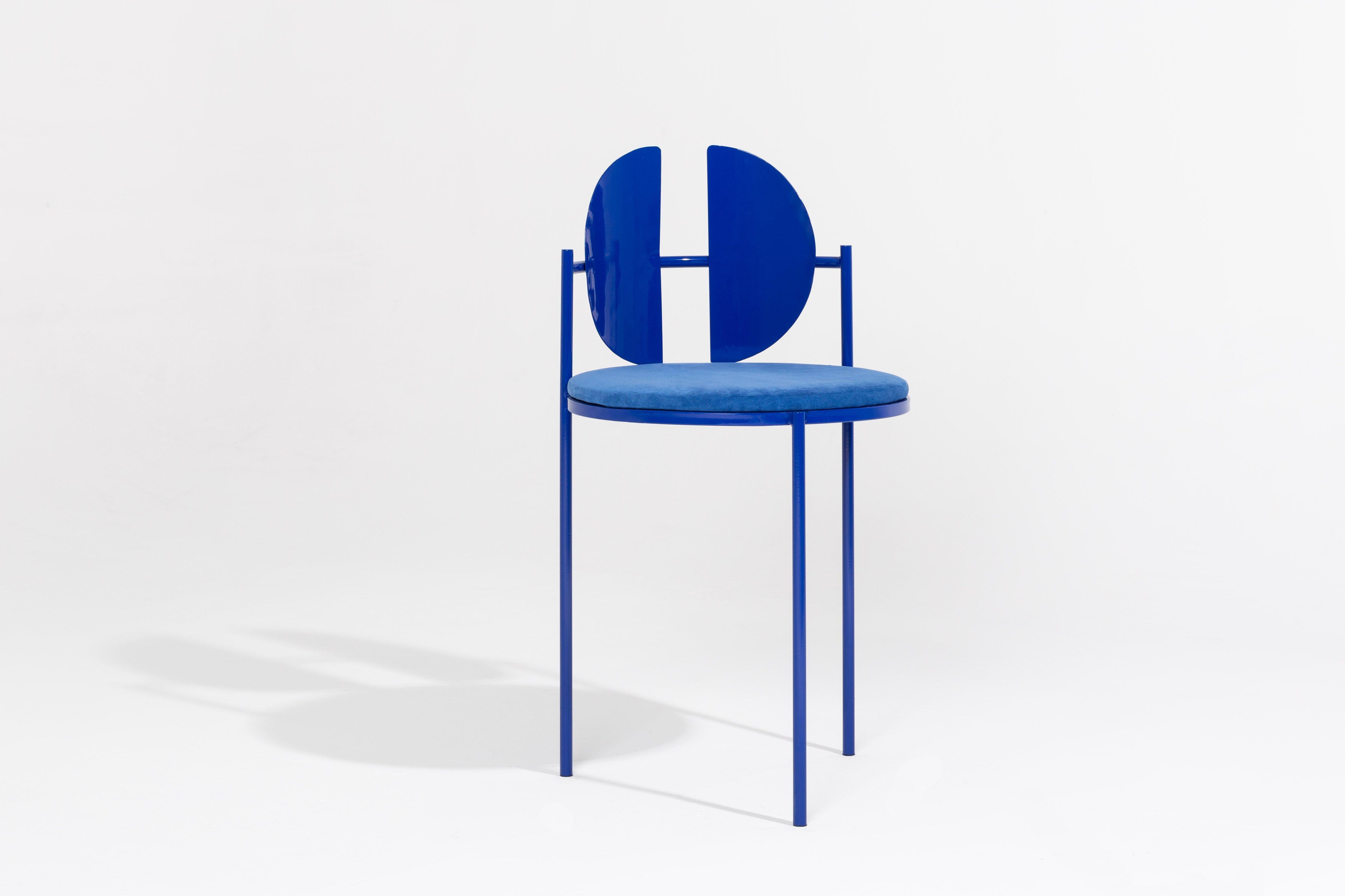 Chaise bleu Klein, par Angel Mombiedro